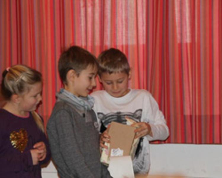 Weihnachtsfeier Geschichte.Stimmungsvolle Weihnachtsfeier Der Fridolfinger Grundschule